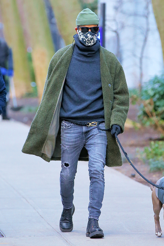 Actor Justin Theroux walks home with his dog Kuma in New York City. Justin is wearing a green cape coat, oversized turtleneck and distressed jeans.Pictured: Justin TherouxRef: SPL5205601 060121 NON-EXCLUSIVEPicture by: Christopher Peterson / SplashNews.comSplash News and PicturesUSA: +1 310-525-5808London: +44 (0)20 8126 1009Berlin: +49 175 3764 166photodesk@splashnews.comWorld Rights