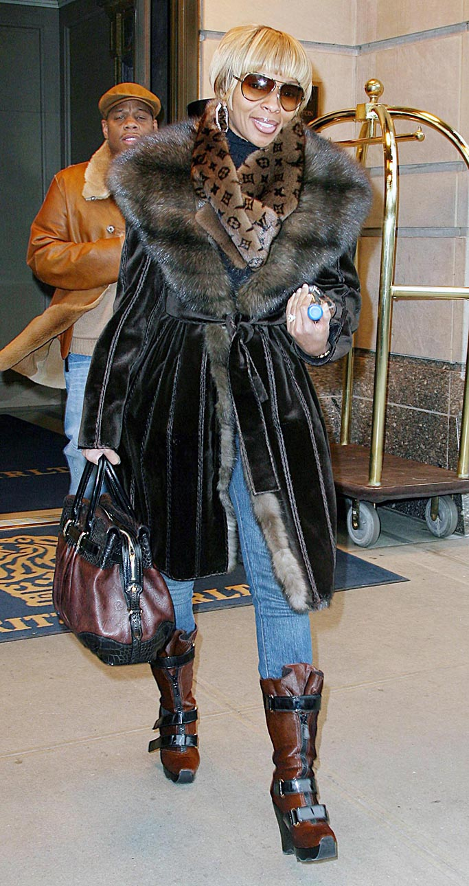 LUIS GUERRA/©2007 RAMEY PHOTO 310-828-3445EXCLUSIVE!New York, Dec 05, 2007MARY J. BLIGE leaving her hotel in her car. Inside it there were a lot of magazines.PGlg6 (Mega Agency TagID: MEGAR73964_2.jpg) [Photo via Mega Agency]