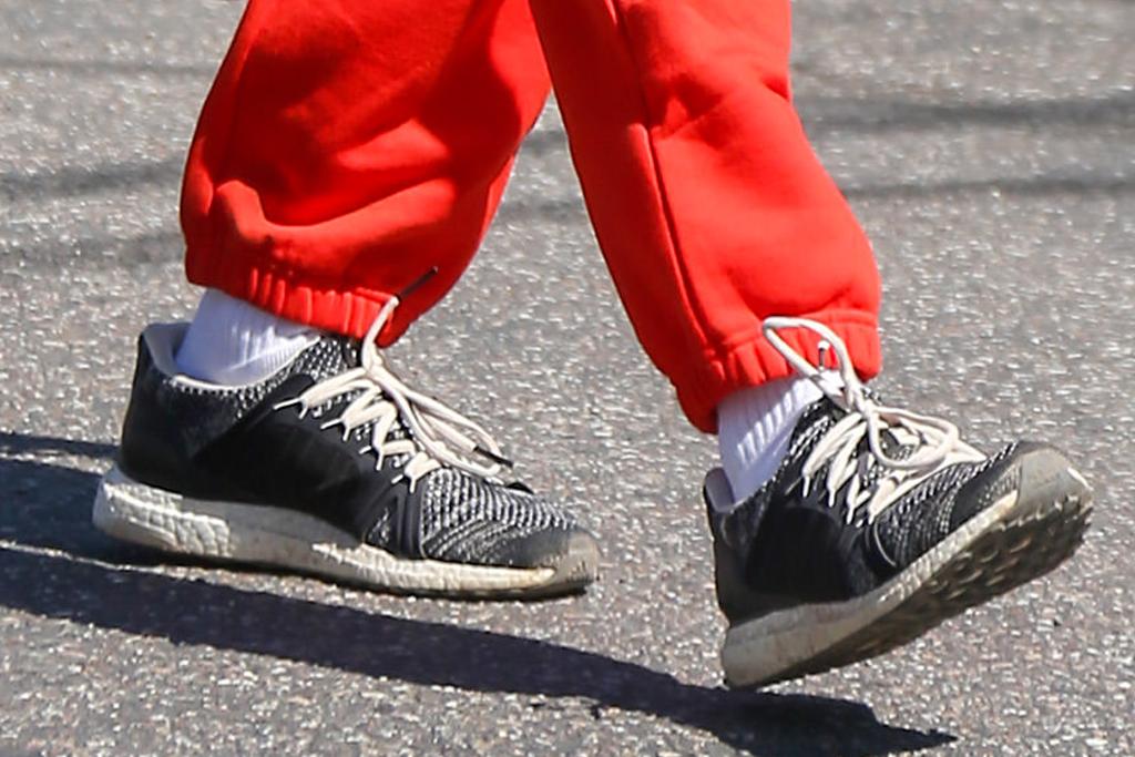 alessandra ambrosio, sports bra, sneakers, sweatpants, alo yoga, red pants, hike, los angeles, workout