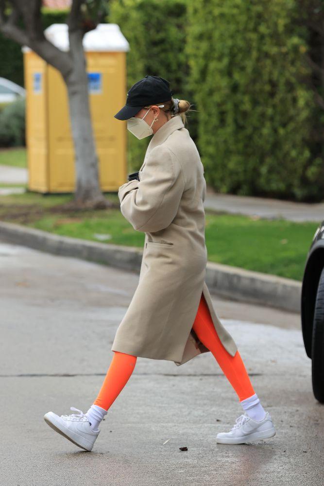 hailey baldwin, leggings, workout, pilates, sneakers, nike, hat, coat, los angeles