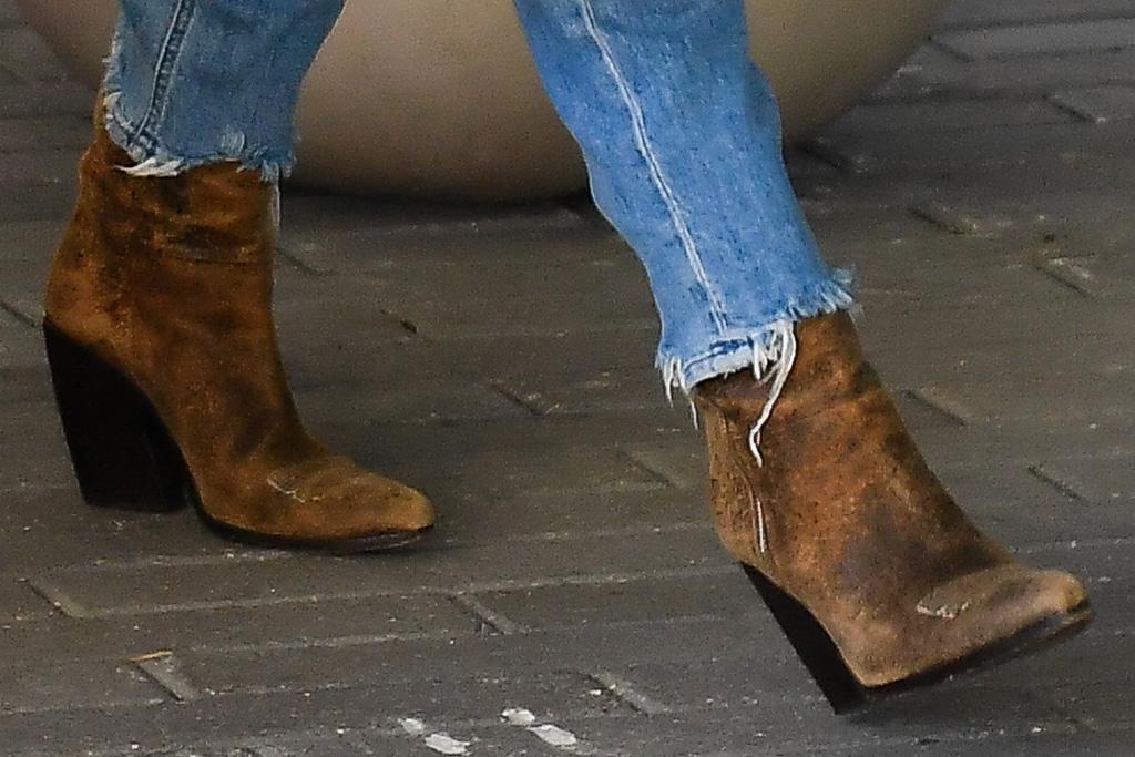 jennifer lopez, boots, cowboy boots, jeans, sweater, cardigan, miami, alex rodriguez, date, lunch