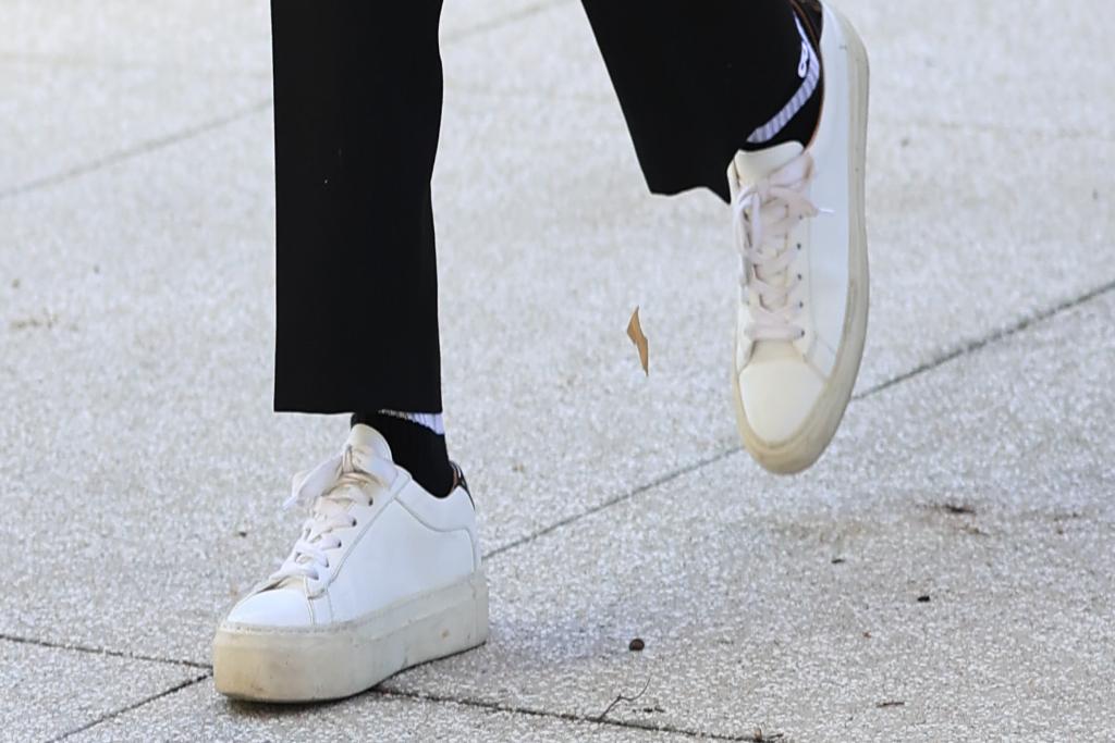 jessica alba, white sneakers, los angeles