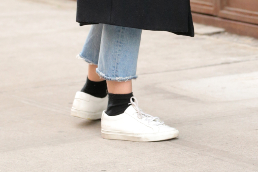 katie holmes, white sneakers, new york city