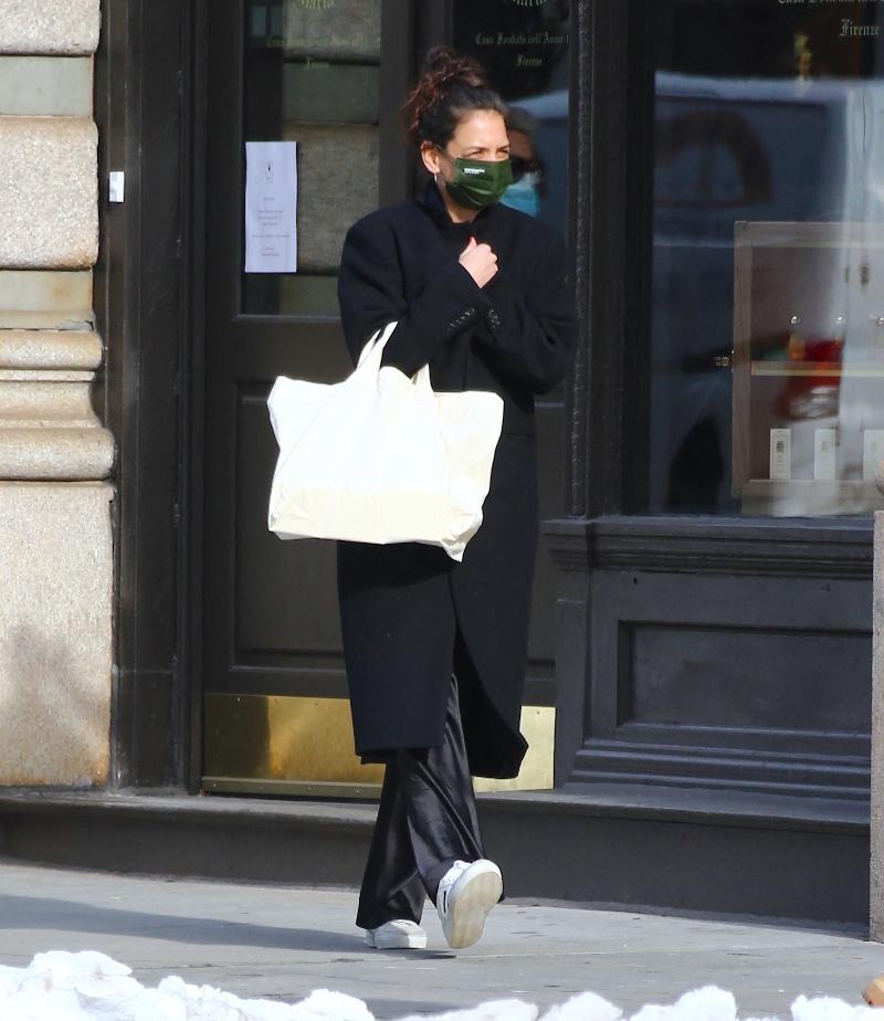 katie holmes, sneakers, silk pants, pajamas, coat, bag, new york, face mask