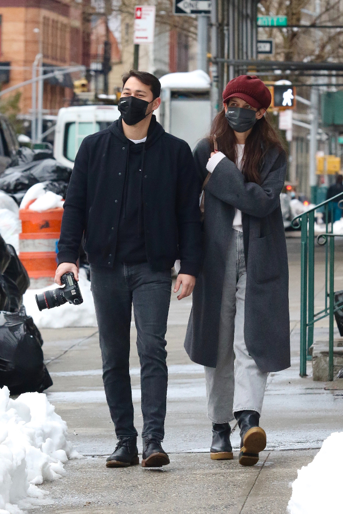 Katie Holmes, boyfriend, gray coat, straight-leg jeans