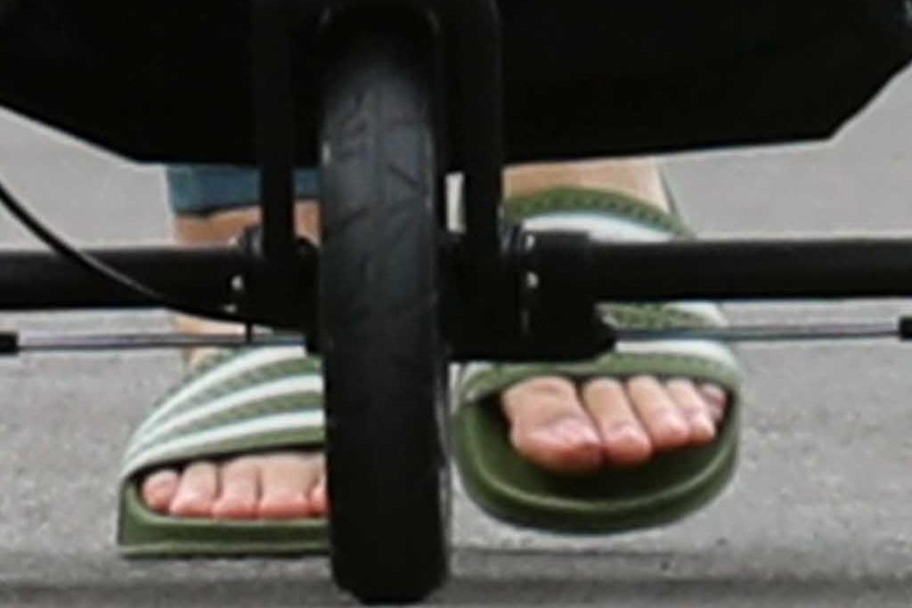 katy perry, leggings, tank top, walk, daughter, daisy, slides, adidas, hat, mama, hawaii, vacation