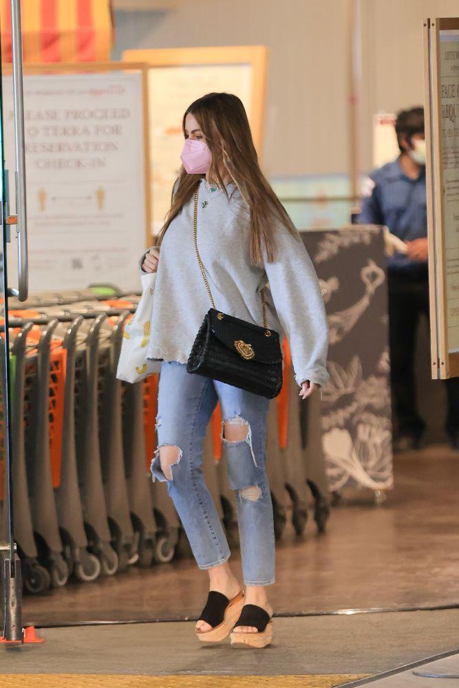 sofia vergara, jeans, sweater, walmart, sandals, wedges, los angeles, shopping