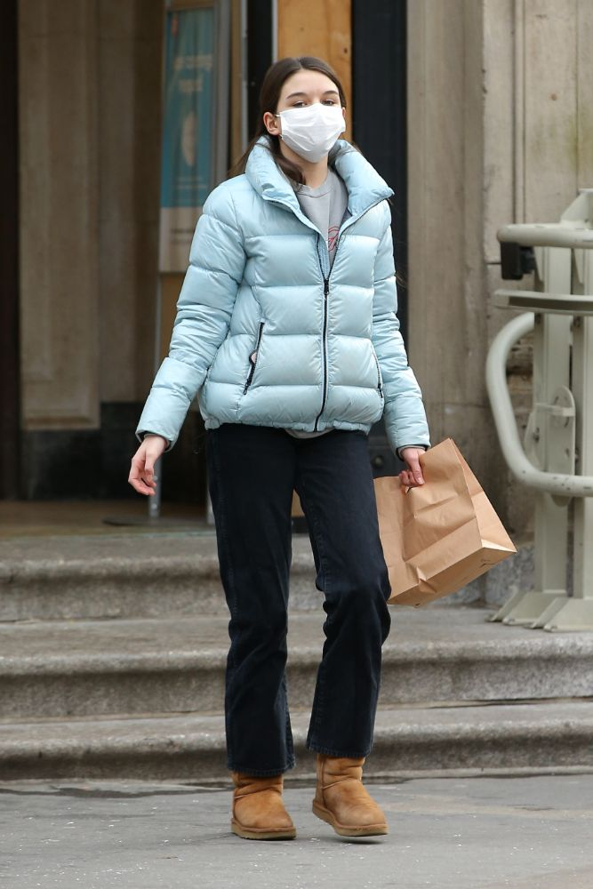 suri cruise, pants, jacket, puffer, sneakers, floral, new york, face mask, daughter, yoga pants