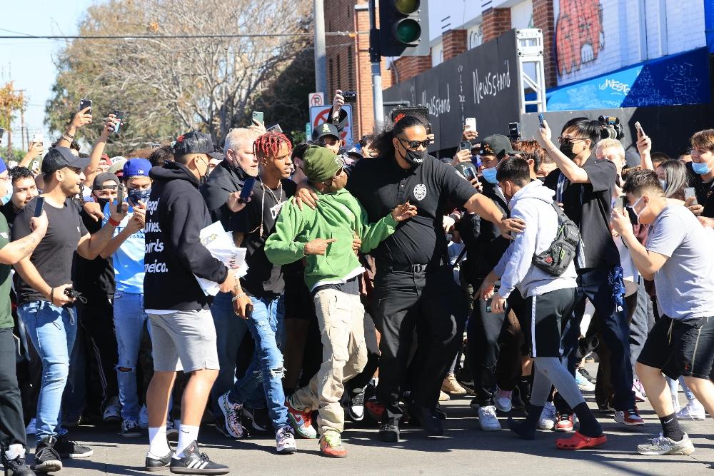 travis scott, sneakers, nike, dunks, what the, green sweatshirt, los angeles, crowd