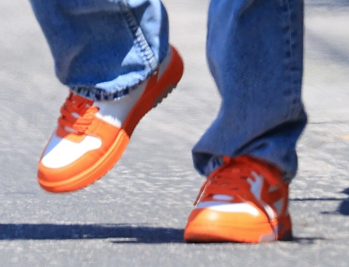 Hailey Baldwin, Nike sneakers