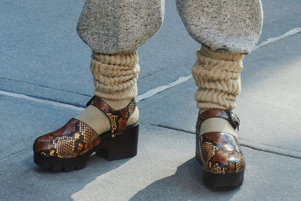 tory burch, tory burch fall 2021, fall 2021, tory burch shoes, clogs, fashion trends, clog trends, fall 2021 shoes, fall 2021 trends