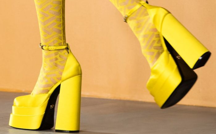 versace, versace fall 2021, fall 2021, mfw, milan fashion week, bella hadid, gigi hadid, versace shoes, platform shoes, fall 2021 trends, fashion