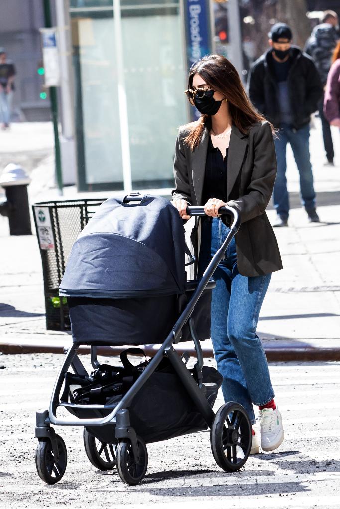 Emily Ratajkowski, blazer, jeans, sneakers
