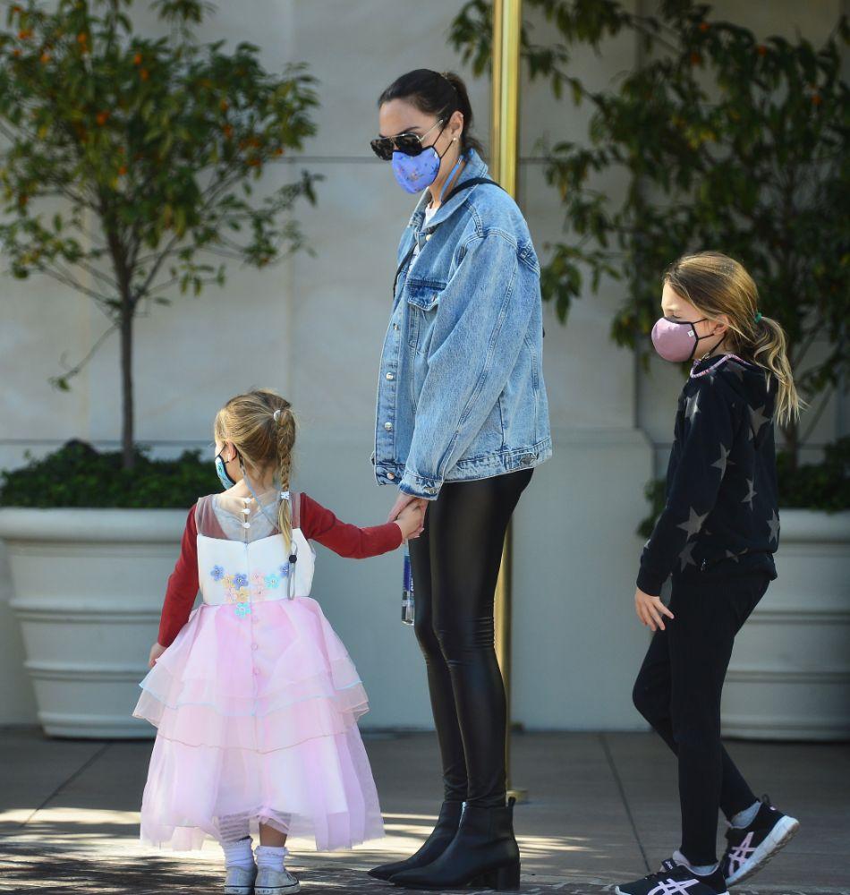gal gadot, leggings, jacket, tee, leather, daughters, pregnant, baby bump, shopping, la
