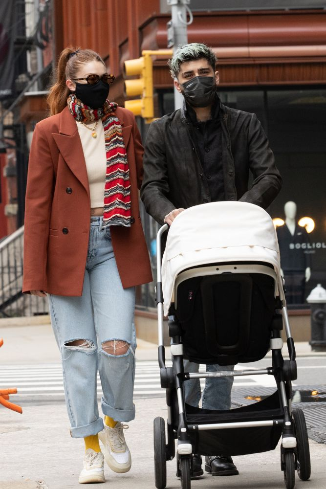 gigi hadid, zayn malik, daughter, walk, jeans, sneakers, new york, blazer