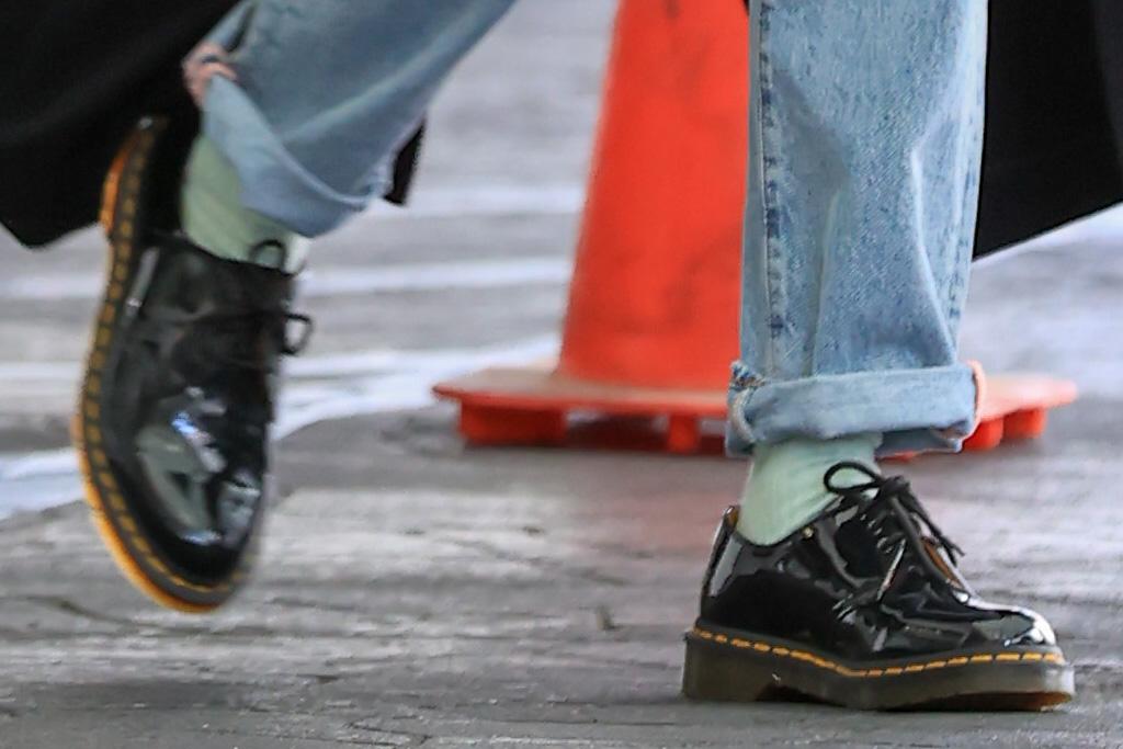hailey baldwin, mom jeans, jeans, coat, crop top, brogues, dr martens, justin bieber, pants, adidas yeezy, sneakers, la