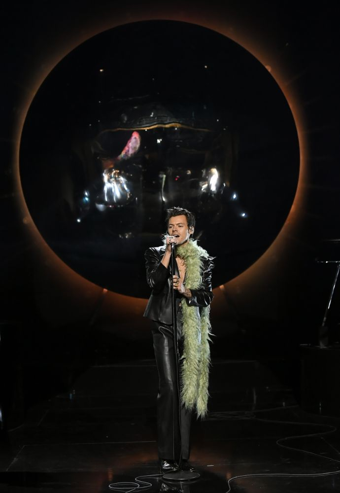 harry styles, leather suit, blazer, shirtless, pants, boots, feather boa, green, grammy awards, performance