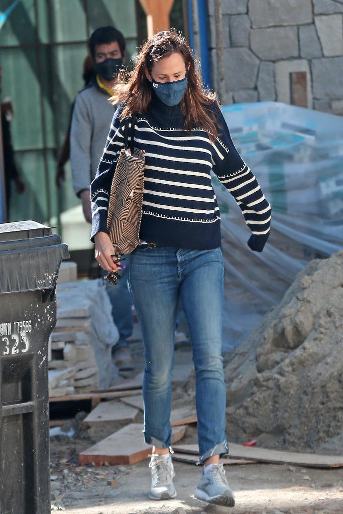 jennifer garner, striped sweater, jeans, sneakers