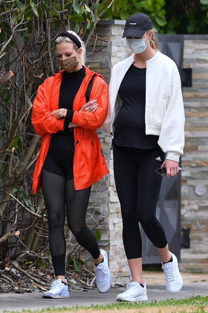 karlie kloss, leggings, pregnant, shirt, baby bump, jacket, bomber jacket, sneakers, adidas, miami