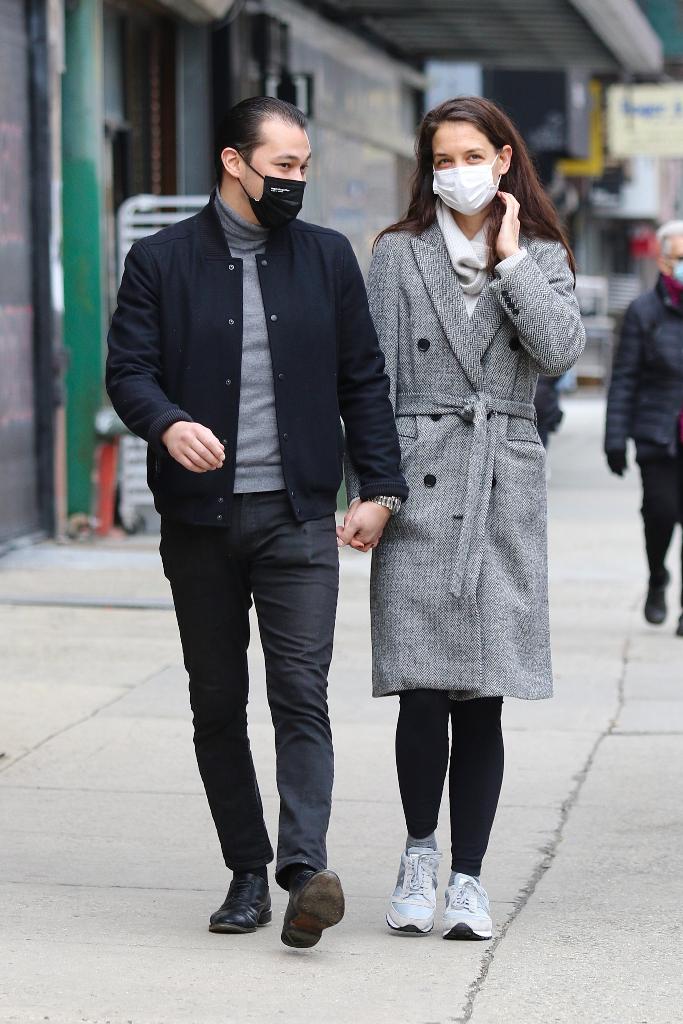 katie holmes, gray wrap coat, leggings, saucony sneakers