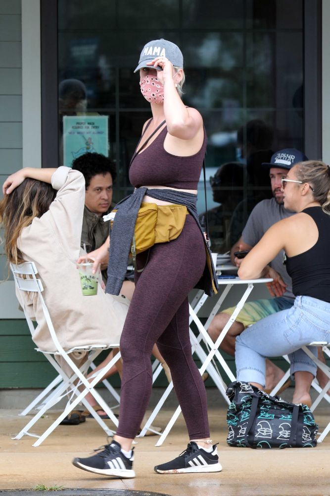 katy perry, leggings, sports bra, hat, daughter, daisy, sneakers, adidas, vacation, hawaii, orlando bloom, son, beach
