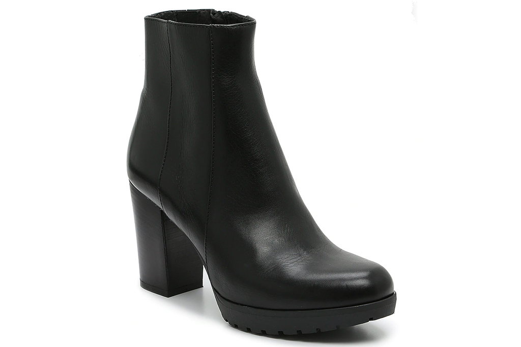 black boots, round toe, heeled, coach and four