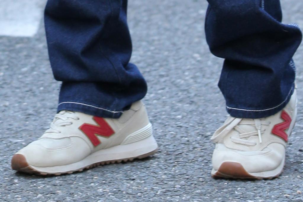 emily ratajkowski, sneakers, jeans, low-rise jeans, 2000s, crop top, inamorata woman, sheer shirt, new york, new balance, purse