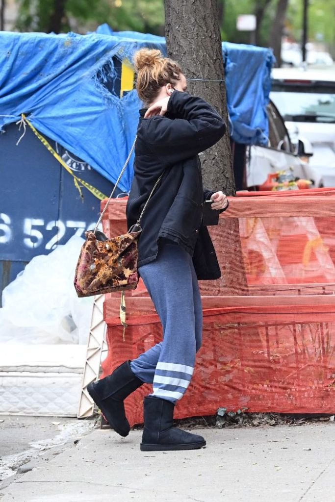 jennifer lawrence, sweatshirt, sweatpants, ugg boots, boots, new york, dinner, t-shirt, purse