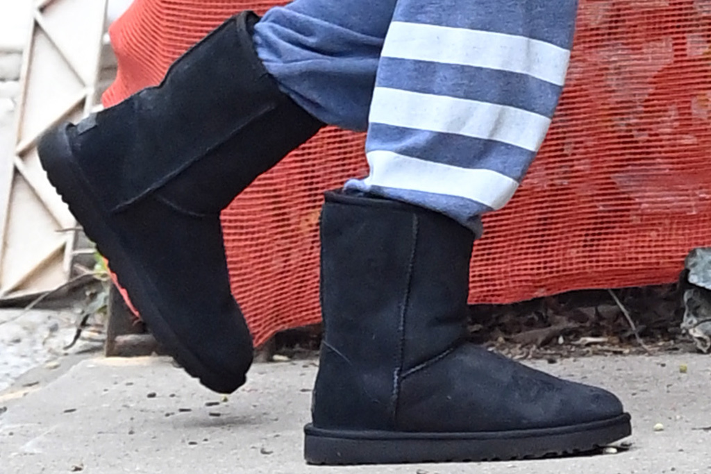 jennifer lawrence, sweatshirt, sweatpants, ugg boots, boots, new york, dinner, t-shirt, purse