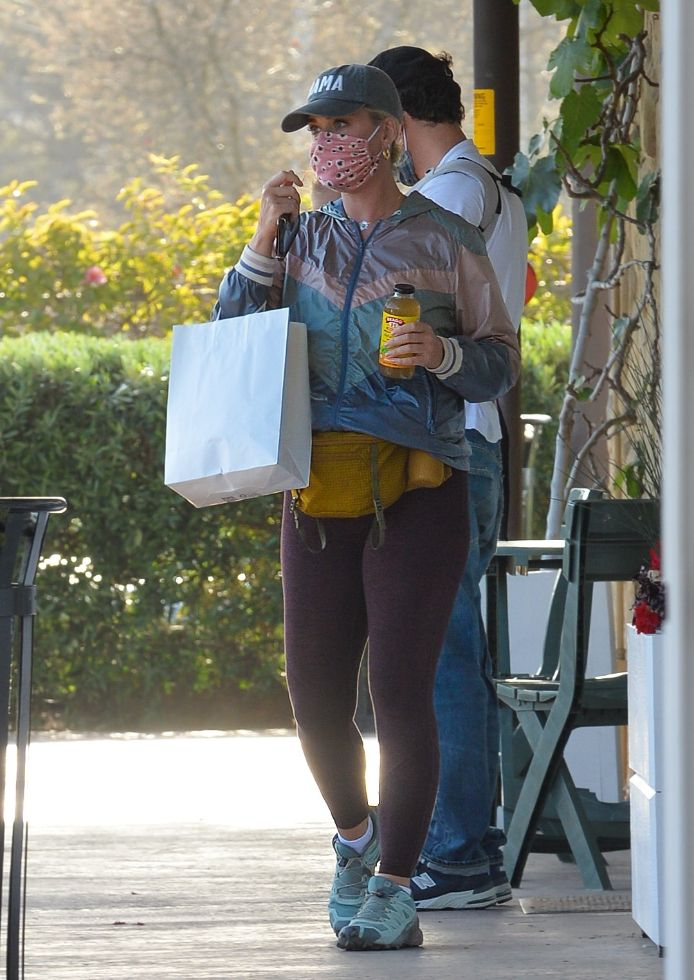katy perry, leggings, jacket, fanny pack, sneakers, salomon, hat, orlando bloom, baby, daisy