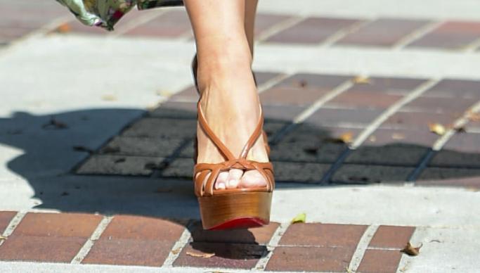 Sofia Vergara, platform heels, brown sandal heels