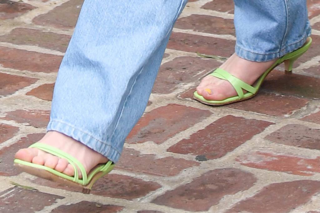 sophie turner, jeans, tank top, white, heels sandals, green, la, joe jonas