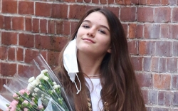 suri cruise, jeans, sneakers, jacket, low-rise