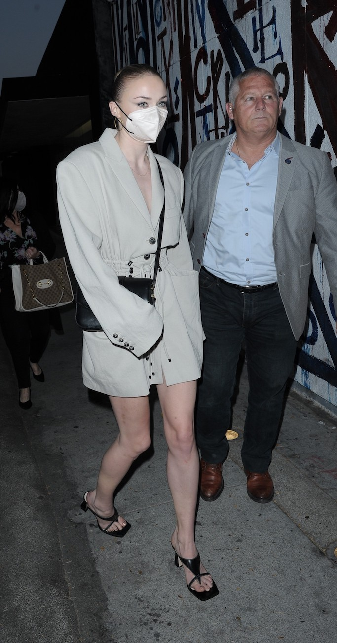 Sophie Turner, craig's, mannei Irbid blazer dress, beige blazer dress, square toe sandals, black sandals, la