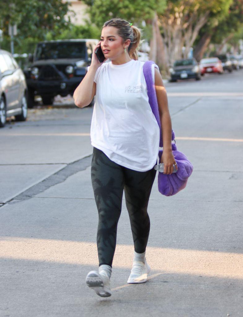 Addison Rae, sneakers