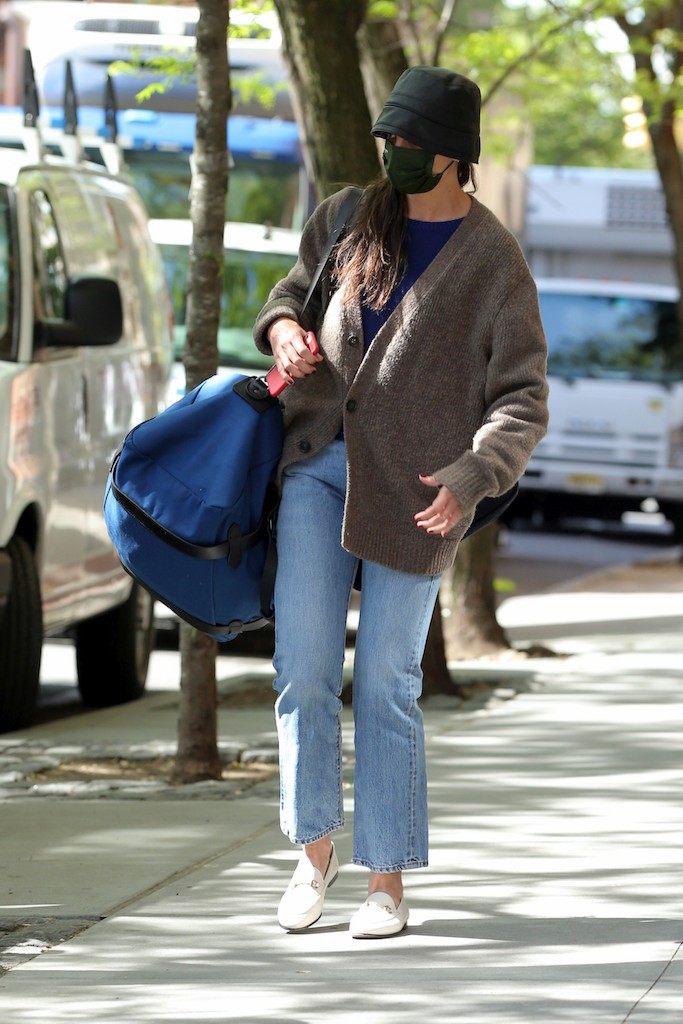 Katie Holmes, airport style, jfk, nyc, gucci loafers