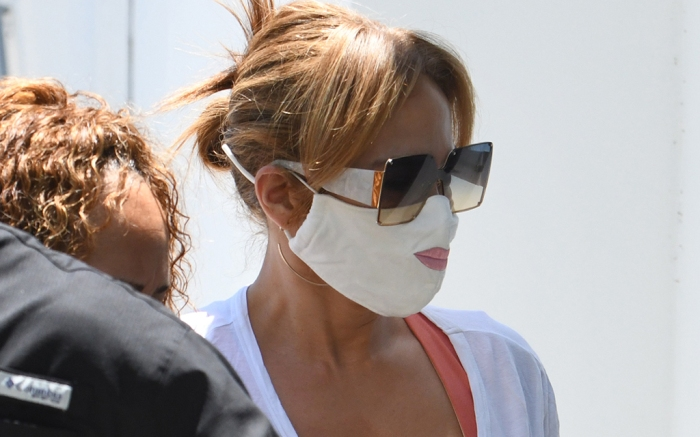 jennifer-lopez-leggings-face-mask