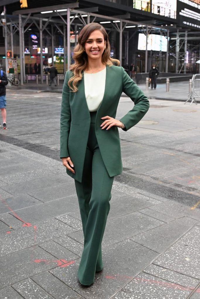 jessica alba, suit, heels, blazer, nasdaq, honest company, ipo, money, times square, ny, office