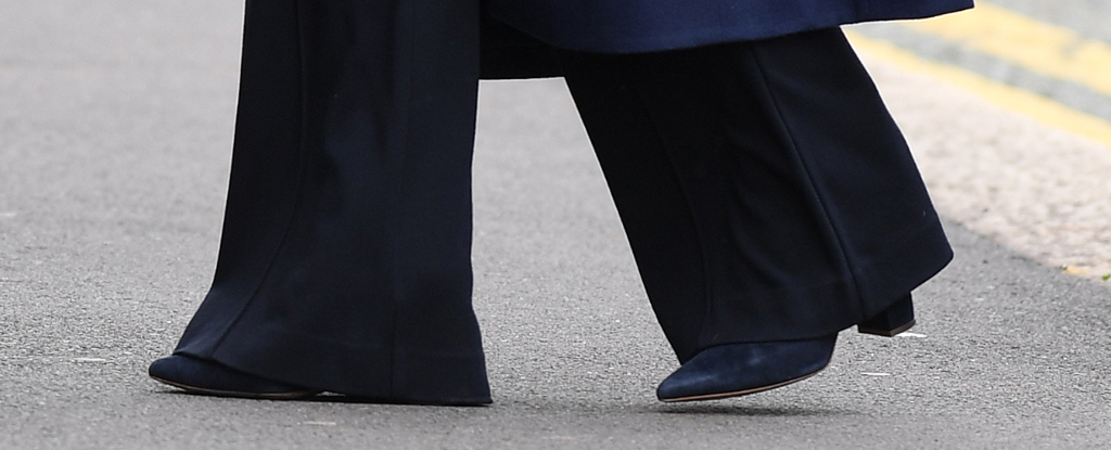 kate middleton, navy boots, suede shoes