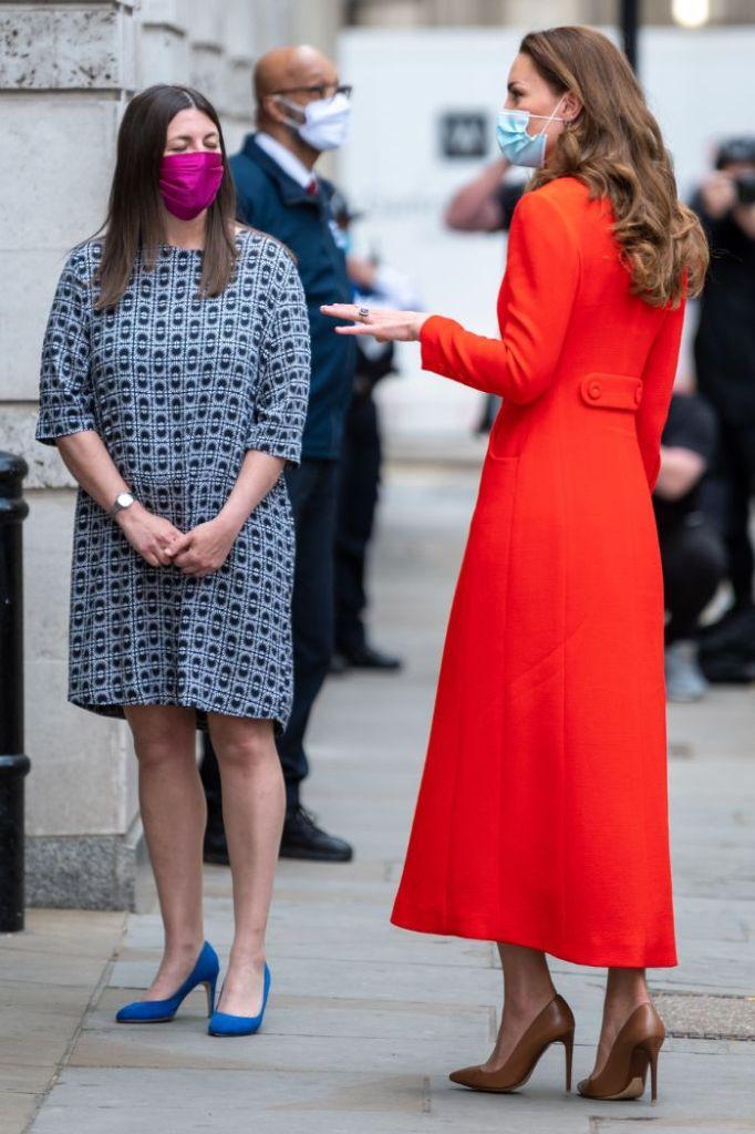 kate middleton, coat, red coat, heels, leather, pumps national portrait gallery, books, london, hold still