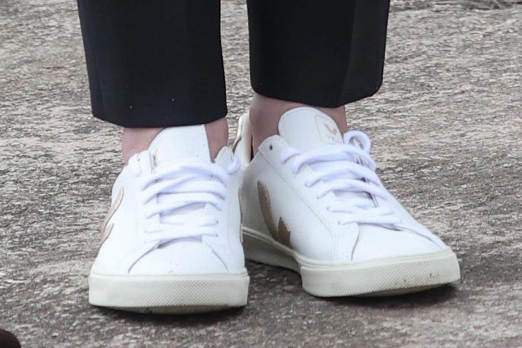 kate middleton, jeans, sneakers, veja, blazer, t-shirt, scotland, tour, prince william