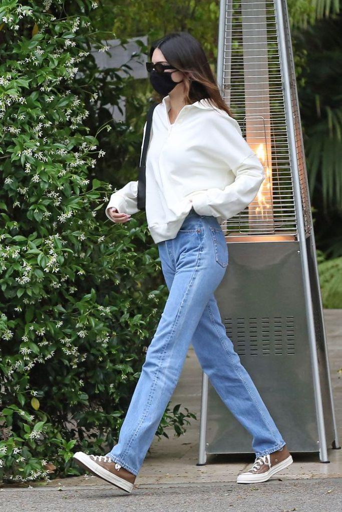 kendall jenner, jeans, sweater, sweatshirt, sneakers, converse, bel air, hotel, fai