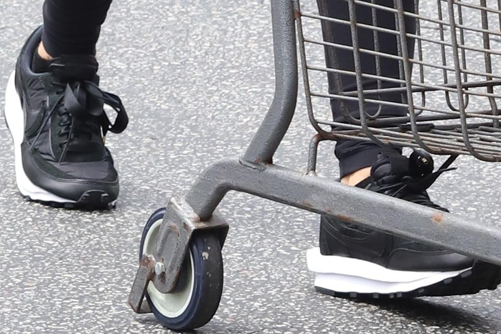 lori harvey, leggings, sports bra, crop top, sneakers, nike, sacai, waffle sneakers, grocery store, shop, la