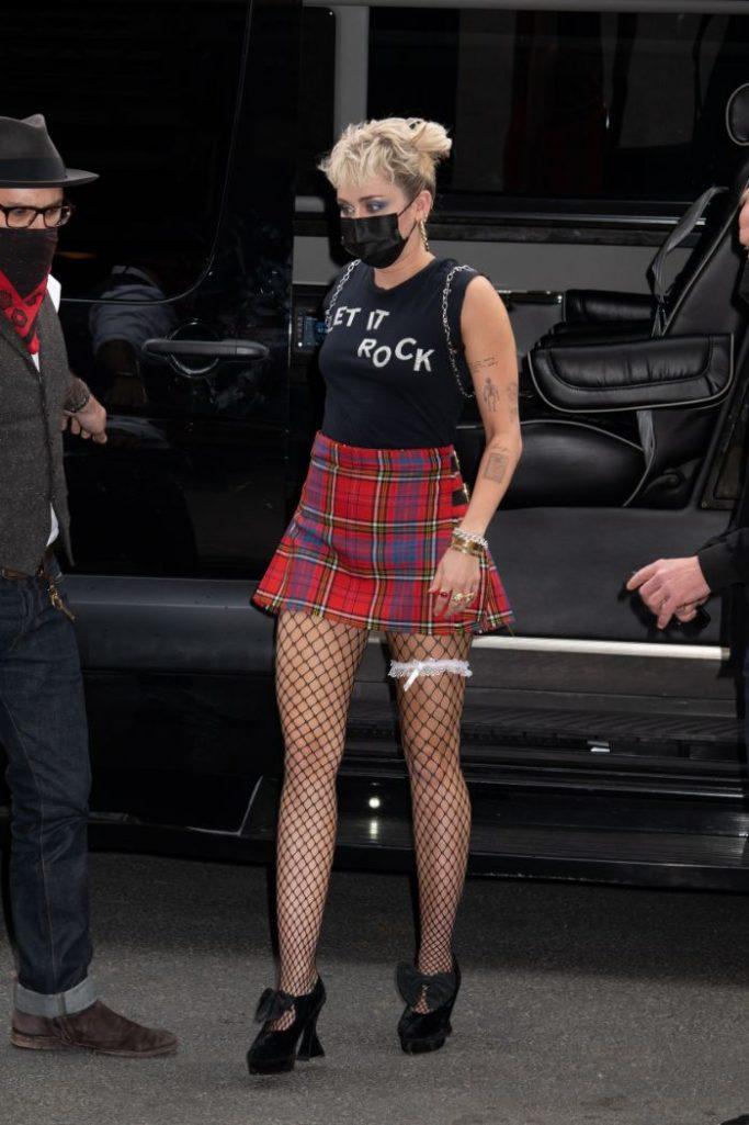 miley cyrus, skirt, plaid skirt, fishnet tights, garter belt, rock shirt, backpack, snl, new york, haircut