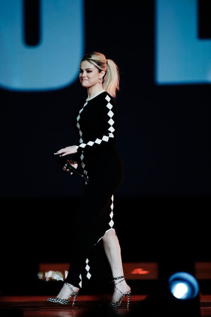 selena gomez, dress, blonde, heels, polka dot, global citizen, vax live, concert, host, california