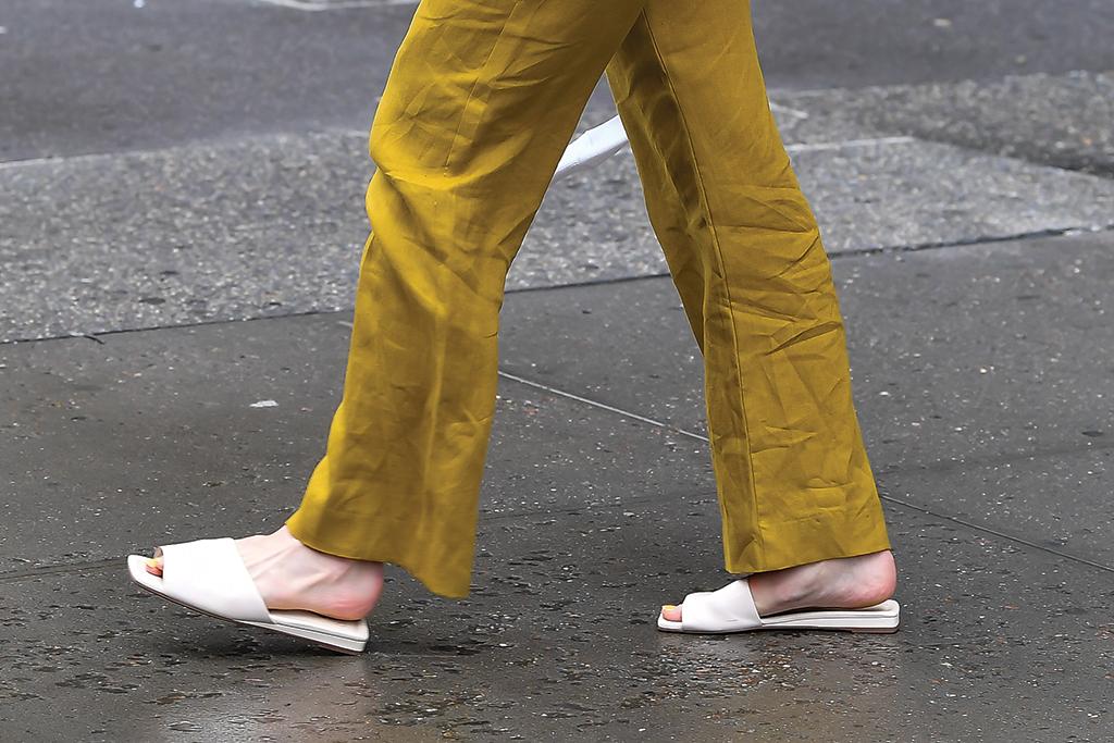 Gigi Hadid, slide sandals