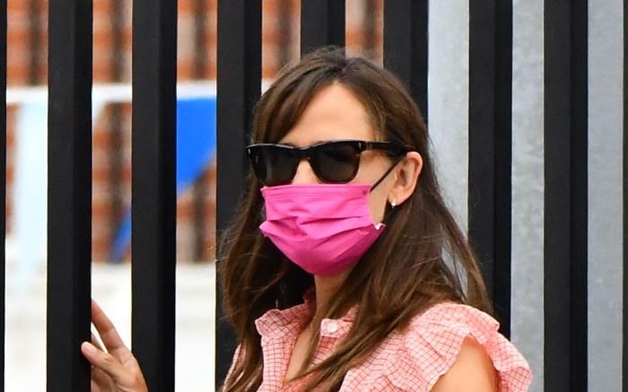 Jennifer-garner-clogs-jeans-pink-ruffle-shirt