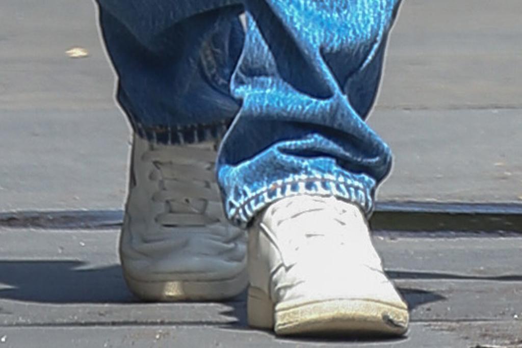 emily ratajkowski, crop top, halter, shirt, jeans, low-rise jeans, sneakers, reebok, sebastian bear-mcclard, husband, post baby body, new york
