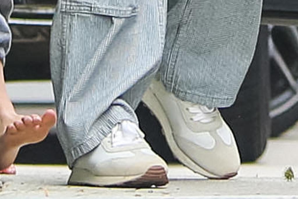 jennifer garner, t-shirt, overalls, jumpsuit, sneakers, kids, ben affleck, house, la
