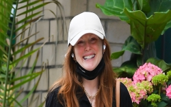 julianne moore, baggy jeans, sandals, nyc